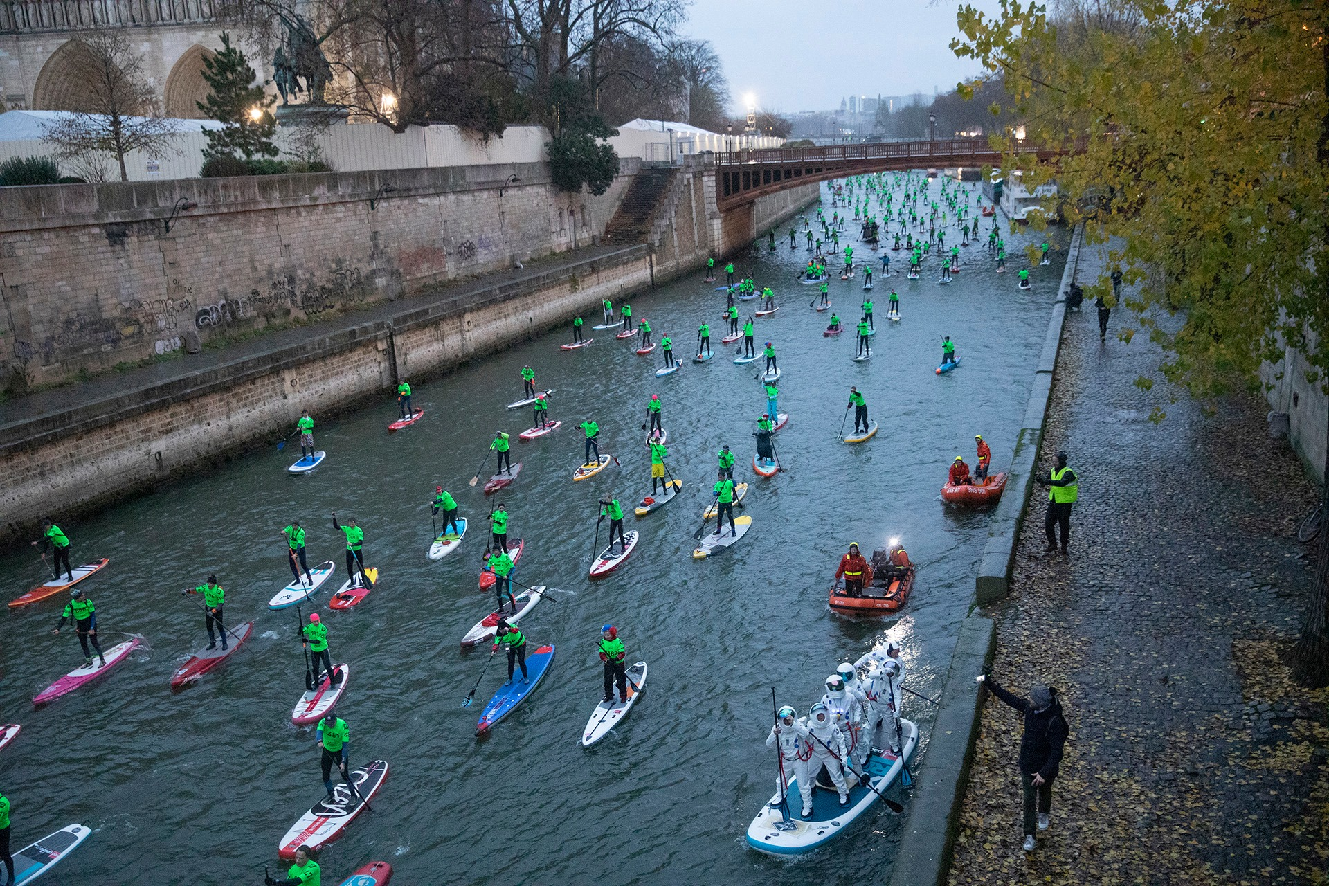 A stream of SUP racers