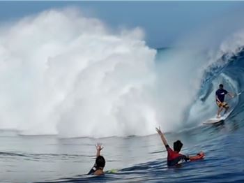 Stoked Bodyboarders throw Shakkas to Patrice Chanzy on a SUP - Stand Up Paddle News