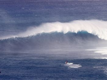 Nut slapped by Jaws - Niccolo Porcello gets smashed by Peahi - Kitesurfing News