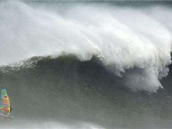 JP becomes first windsurfer to ride triple mast high Nazare - Windsurfing News