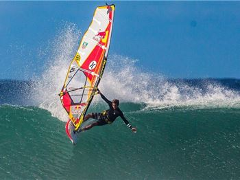 Lenny's still got it. Hookipa goes off for the Aloha Classic - Windsurfing News