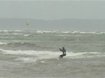 How to handle strong winds when kitesurfing - Kitesurfing News